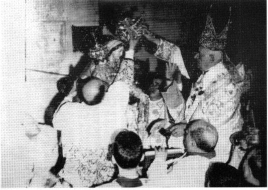 Una fase della solenne cerimonia d'incoronazione: oltre al quadro fu incoronata una statua della Vergine, statua donata da un privato cittadino