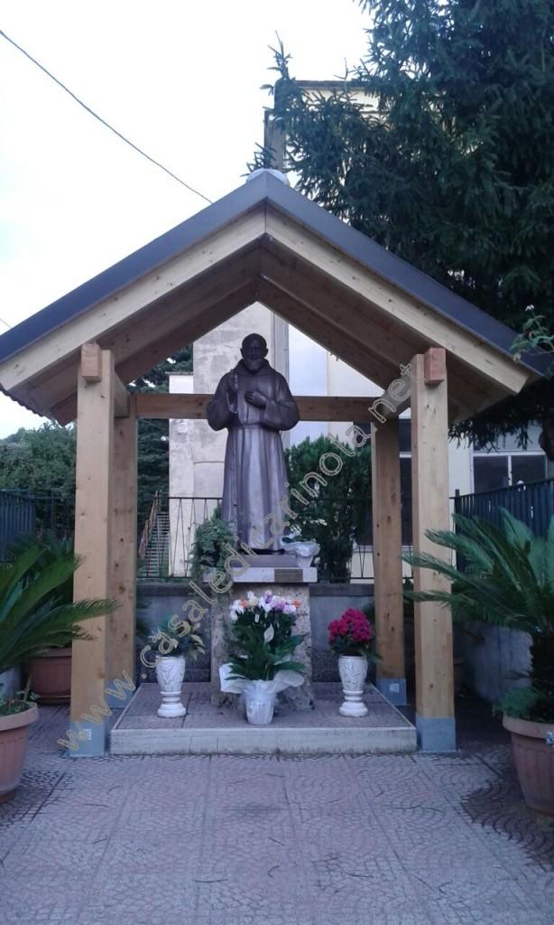 Statua di San Pio in via dei Ciliegi