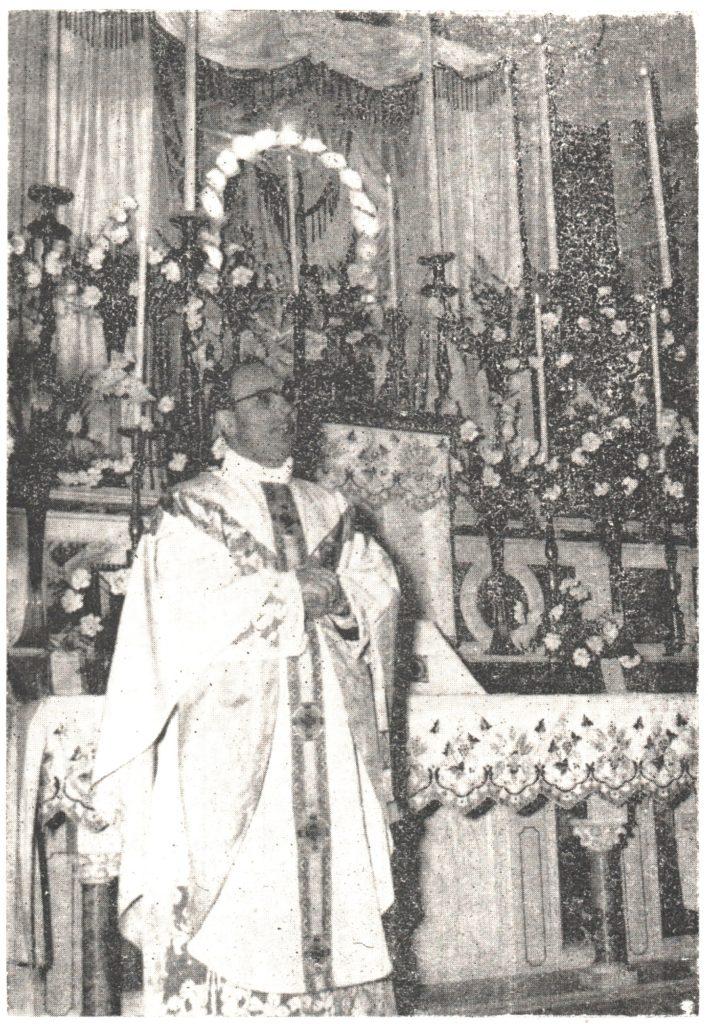 Don Gicando Giuseppe Struffi in una vecchia foto durante un'omelia degli anni '50