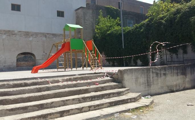 Casale di Carinola: uno sguardo preoccupato all'area giochi nei pressi di piazza don Struffi
