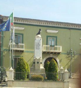 Un'immagine laterale del Monumento ai Caduti