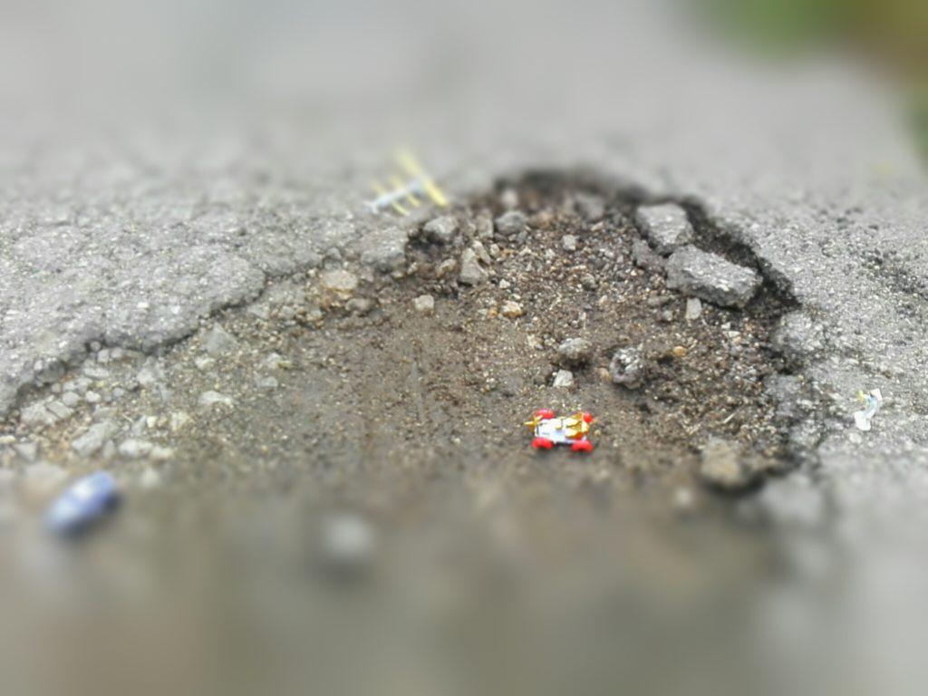 Il Cratere scoperto, con macchinari ed uomini